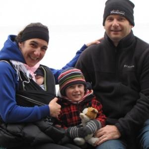 Alexandra Boileau, en compagnie de son conjoint Daniel et de leurs ses fils Jérôme (5 mois) et Raphaël (2 ans).