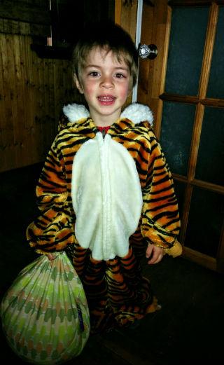 Éliott dans son costume de tigre.