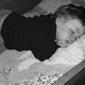 Éliott tout endormi habillé après une journée éprouvante en péripéties.
