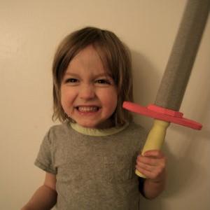 Oscar aime son épée-mousse. Crédit: Marie Custeau
