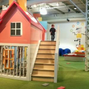 Éliott s'amuse en découvrant l'exposition destinée aux 4 à 7 ans, au Centre des sciences de Montréal.