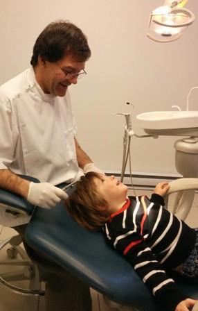 Le Dr Bergeron et Éliott lors de son premier rendez-vous chez le dentiste.