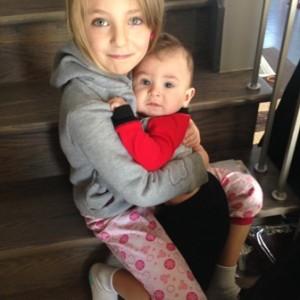 Aryann, 7 ans, et son petit frère Xavier, 15 mois.